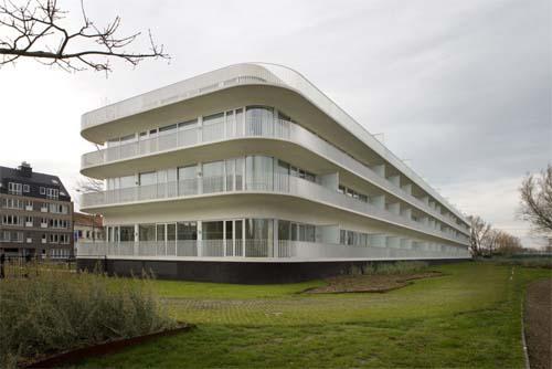 Здание гольф-клуба от бельгийских архитекторов.